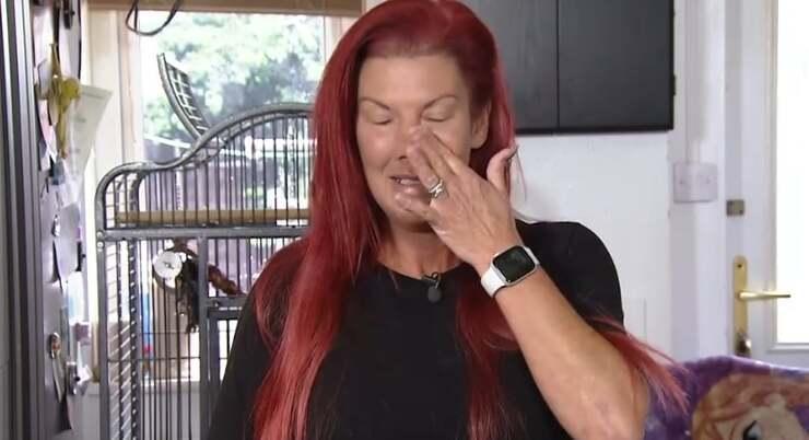 La donna che dopo essere stata negligente nei confronti del suo pappagallo vuole farle tagliare le ali (Foto Facebook)