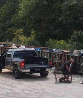 Cucciolo abbandonato vicino ai rifiuti dalla sua padrona (Screen video Facebook)