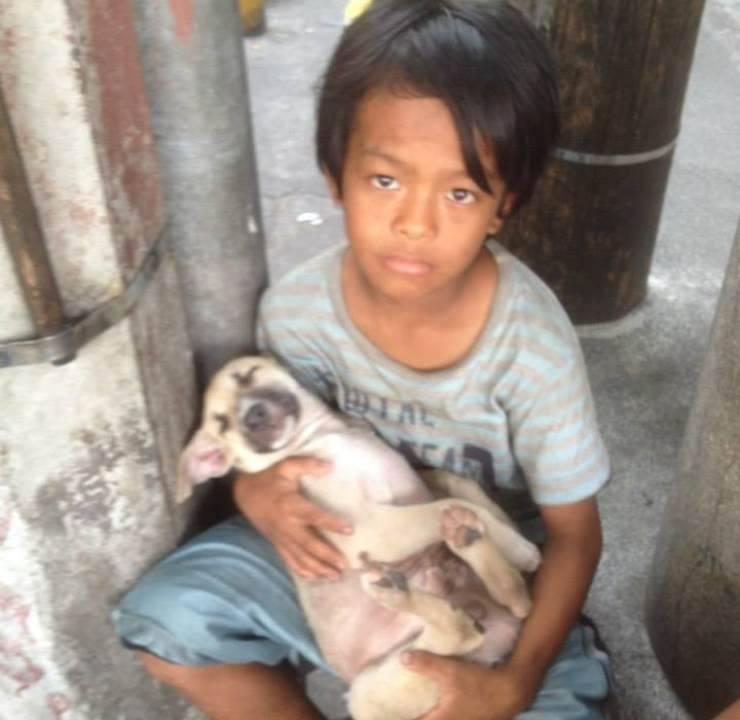 ragazzo abbandonato cagnolino filippine