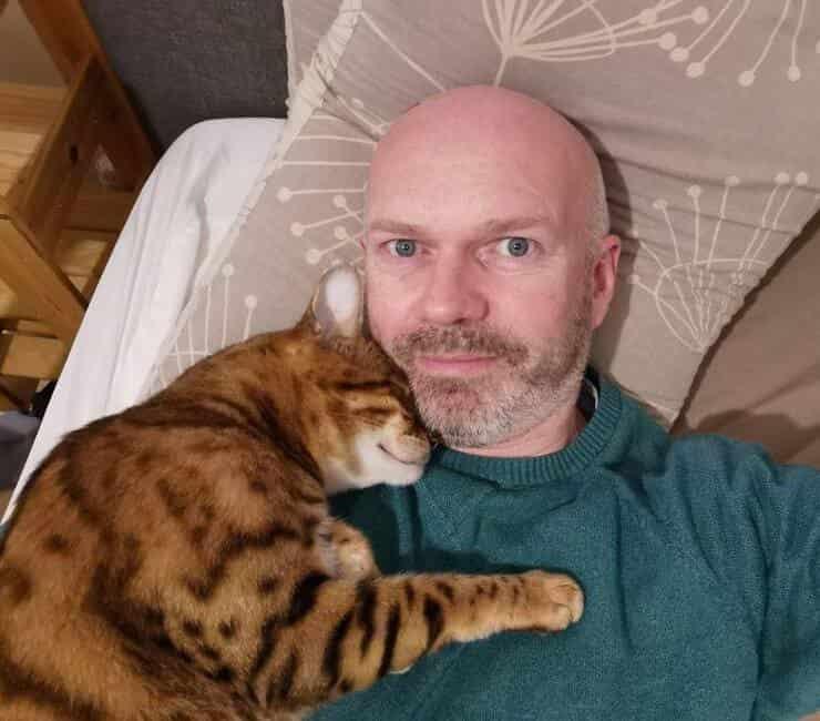 Batty insieme al suo umano preferito (Screen Facebook)