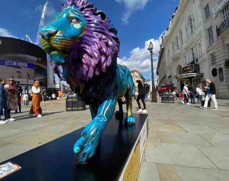 Scultura leone esposta a Londra (Screen Instagram)