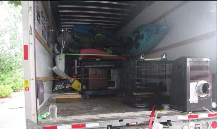 Il furgone nel quale sono stati ritrovati 17 animali in condizioni pessime (Foto Facebook)