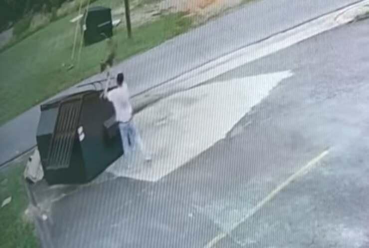 uomo getta cane nel cassonetto ( Screen Video)