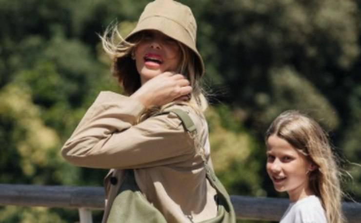 La showgirl in giro con sua figlia Mia