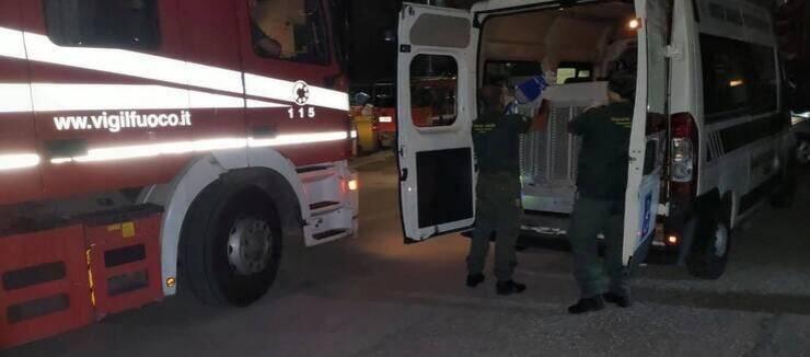 L'intervento delle autorità per salvare i micini ad Anzio (Screen Facebook)