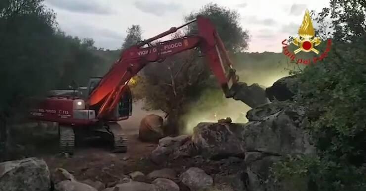 Ruspa dei Vigili del Fuoco a lavoro per salvare Mara (Screen video)