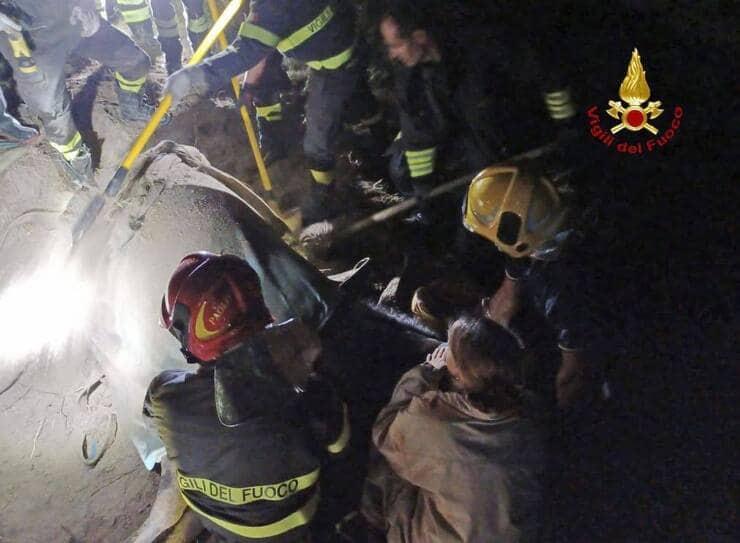 Vigili del Fuoco a lavoro per salvare il cavallo intrappolato nel fango (Screen Facebook)