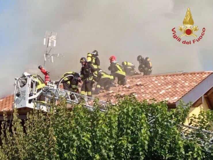 Vigili del Fuoco a lavoro per spengere l'incendio all'agriturismo (Screen Twitter)