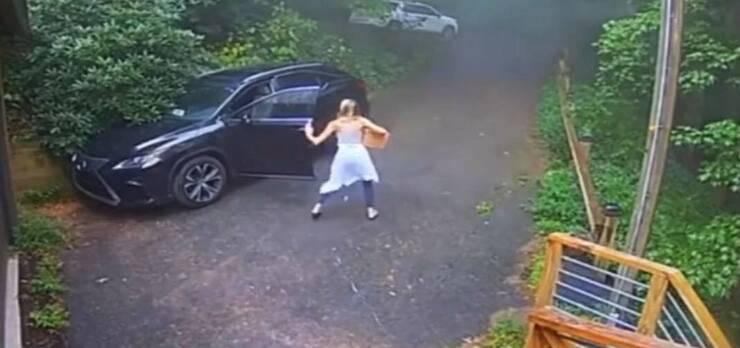 La ragazza cerca di chiudere nell'auto l'orso (Screen video)