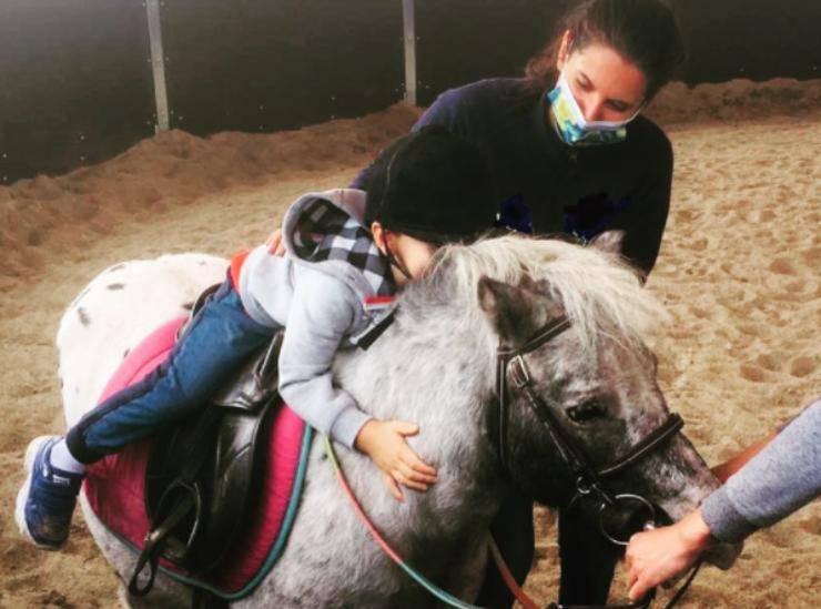 Un bambino a cavallo